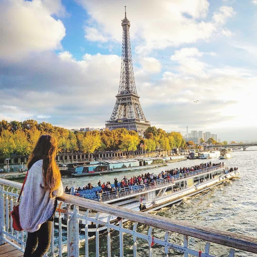 Passerelle Debilly: A Footbridge Close to the Eiffel Tower