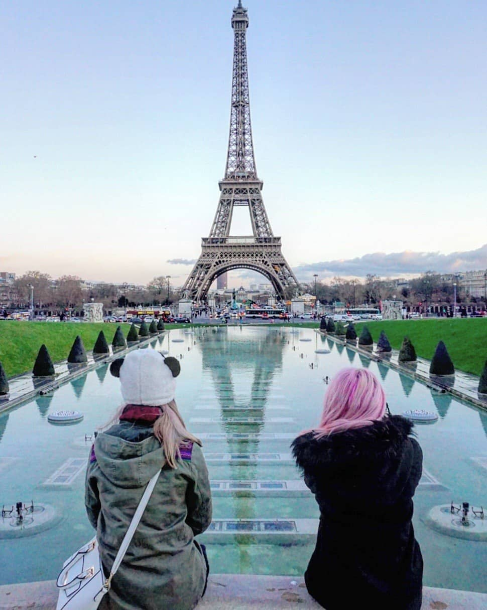 friends by the eiffel tower