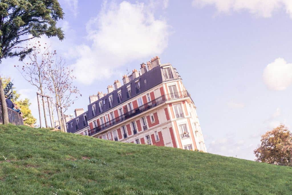 Montmartre photo diary: sinking house in paris