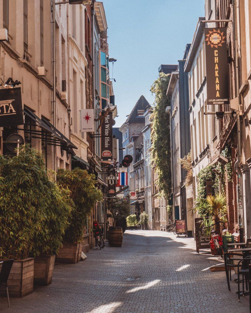 Antwerp Guide: Best things to do in Antwerp, a busy and bustling port city in Northern Belgium, Europe. Middle Ages old town, lots of historic churches, and shops. Gastronomic city with lots of traditional Belgian beer and fries