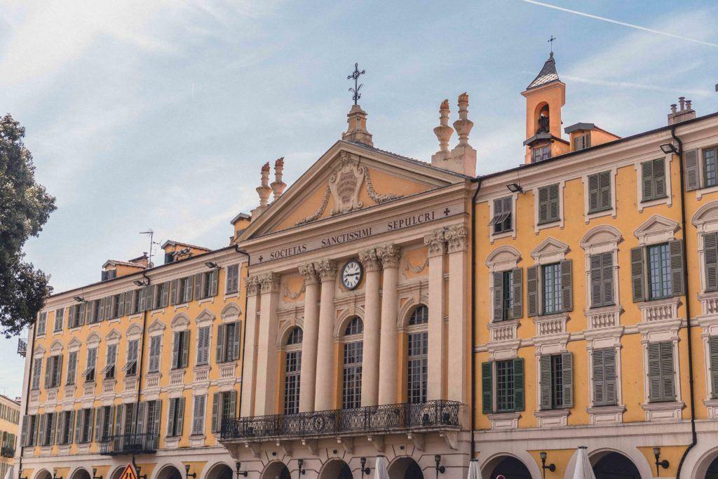 Canon balls on the façade ofChapelle du Saint-Sépulcre-des-Pénitents-Bleus