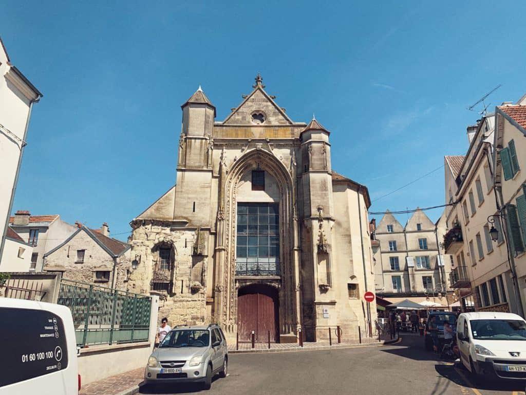 Admire the façade of the Church of Saint-Fursy